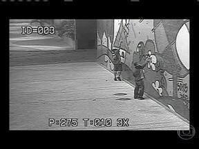 Câmeras de segurança registram três jovens pichando painel de Romero Brito - As imagens mostram o grupo caminhando pela Avenida Presidente Vargas. Eles carregam sprays de tinta dentro de uma sacola. m frente ao edifício, eles começam a rabiscar as paredes.