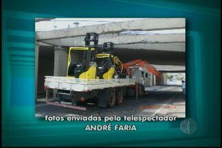 Caminhão fica preso embaixo de viaduto em Mogi - O trânsito ficou lento na cidade de Mogi das Cruzes depois que um caminhão ficou preso no viaduto. O veículo levava três empilhadeiras.