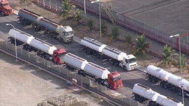 Polícia investiga se combustível vendido ilegalmente em PE sai do Porto de Suape - Donos de postos precisam ficar atentos na hora de receber a carga de combustíveis.