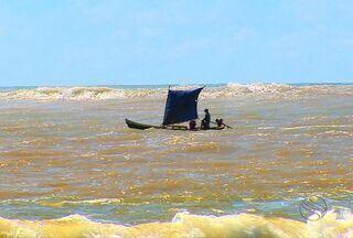 Barco tomba e pescadores ficam à deriva na praia mais perigosa de SE - Oito tripulantes foram socorridos por outro barco de pesca.
