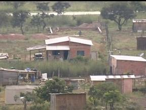 Área é invadida por 400 famílias no DF - Uma área perto de Planaltina foi invadida por 400 famílias nesta sexta-feira (19), no Distrito Federal. Tem casas com antena parabólica e carros novos circulando pela invasão.
