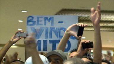 Torcida do Cruzeiro faz festa na chegada de Dedé a Belo Horizonte - Milhares de torcedores recepcionaram o novo zagueiro do Cruzeiro no aeroporto