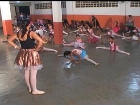 Projeto oferece aulas gratuitas de balé em Brazlândia, no DF - Em Brazlândia tem aulas de balé gratuitas. O projeto aberto a toda comunidade conquistou as crianças e até as mães. Os parceiros do DF Camila Holz e Vinícius Freitas mostram como funciona. As aulas funcionam em uma igreja.