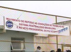 Agentes penitenciários entram em greve, em Vitória da Conquista - Eles reclamam da superlotação na unidade que tem capacidade para 187 presos, mas abriga 342 detendos, atualmente.