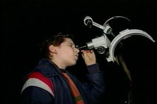 Alunos saem da sala de aula para observar os astros - A atividade sobre conceitos de astronomia foi ontem à noite em Passo Fundo