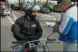Ação para segurança no trânsito é feita com motociclistas - Na Rodovia Ayrton Senna, na altura de Itaquaquecetuba, os motociclistas contaram com ação para redução de acidentes nesta sexta-feira (19).