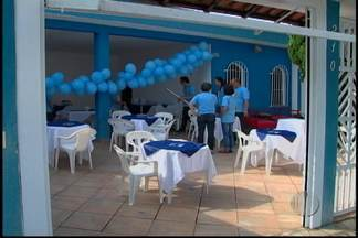 Fã comemora há 25 anos aniversário de Roberto Carlos - Uma professora comemora o aniversário do cantor Roberto Carlos todos os anos. Em 2013, a festa é para cerca de 300 convidados.