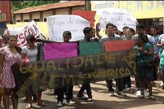 Alunos de escola da rede estadual protestam por falta de segurança, no São Cristovão - Pais, alunos e professores estão com medo da ação de vândalos e assaltantes na área, e por isso a direção resolveu suspender as atividades há 15 dias.