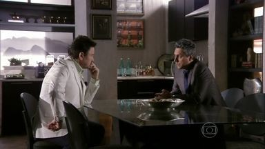 Stenio tenta descobrir com Mustafa o motivo da desconfiança de Helô - O turco confessa ao advogado que mandou dar uma surra em um mafioso