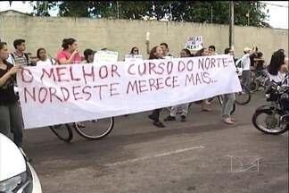 Estudantes da UFMA de Imperatriz realizam protesto - Estudantes da UFMA de Imperatriz fizeram um protesto para pedir a conclusão das obras de acesso ao campus da universidade. O campus foi concluído, mas as obras de construção do acesso à universidade não foram terminadas.