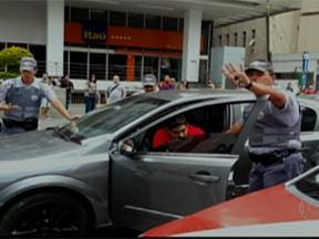 Motorista para no sinal vermelho e dorme no volante na Avenida Paulista - O motorista parou o trânsito na Avenida Paulista. Ele dormiu quando o sinal fechou. O homem, preso por embriaguez ao volante, foi liberado depois que pagou fiança de mais de R$ 6,7 mil.
