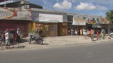 Comerciante é assassinado dentro de depósito de bebidas em Paulista - Crime aconteceu bem perto de um posto da Polícia Militar. Suspeitos chegaram em uma moto.