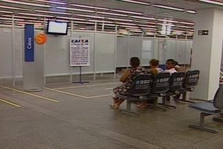 Bancários fazem protesto em banco sem biombos em CG - Clientes do banco Itaú tiveram que ter paciência e esperar.