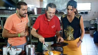 Aprenda a fazer a deliciosa moqueca capixaba, especialidade do ES - Ricardo Pereira e Fernanda Motta experimentam a iguaria preparada pelo Seu Nhozinho, cozinheiro local que faz o prato há muitos anos em Guarapari
