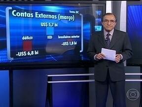 Conta com as trocas de bens e serviços do Brasil com o mundo continua negativa em março - O deficit foi de US$ 6,8 bilhões, um recorde. Os gastos dos brasileiros com viagens internacionais também bateram recorde para o mês: quase US$ 2 bilhões. Segundo o Banco Central, o resultado negativo está relacionado à balança comercial brasileira.