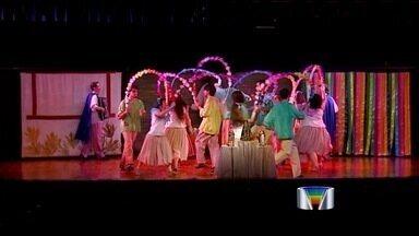 Grupo Piraquara apresenta espetáculo 'O Vale Encantado do Paraíba' em São José - Apresentação lembra as tradições de cada canto da nossa região. O grupo se apresenta novamente na sexta-feira (26) e no sábado (27) no teatro municipal da cidade, às 20h30. A entrada é de graça.