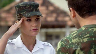 Érica acusa Élcio de passar informações sobre ela para Lívia - A tenente fica intrigada com o DVD que recebe, acreditando ter sido enviado por Théo, e decide assisti-lo em outra hora
