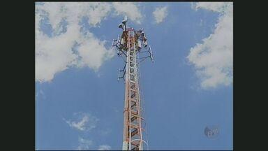 Peça de 40 quilos cai de antena de telefonia em Sorocaba - Uma peça de 40 quilos caiu de uma antena de telefonia em Sorocaba. Quase um menino de 7 anos foi atingido. A empresa vai pagar pelos danos causados em uma residência.