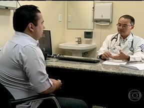 Cardiologista pede que Rodrigo faça exercícios físicos - O cardiologista, Raul Santos, orientou o Rodrigo a fazer atividades físicas e mudar radicalmente a alimentação. O Jovem apresentou 279 de colesterol, quando o normal seria próximo aos 200.