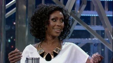 Corona fez sucesso nos anos 90 cantando em inglês - A cantora brasileira viveu muitos anos na Europa e agora está de volta ao Brasil.