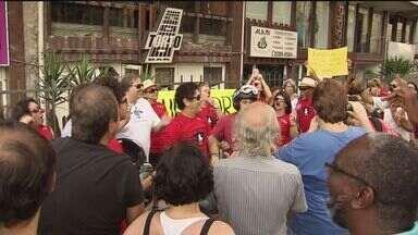 Grupo realiza protesto contra o fechamento do Bar do Torto, em Santos (SP) - Um grupo realizou protesto, nesta quarta-feira (1) contra o fechamento do Bar do Torto, em Santos, no litoral de São Paulo. Eles se reuniram em frente ao local, no bairro do Boqueirão.