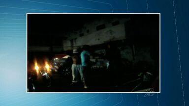 Homem é agredido por policial em Fortaleza - Policial dá um golpe na cara de um homem.