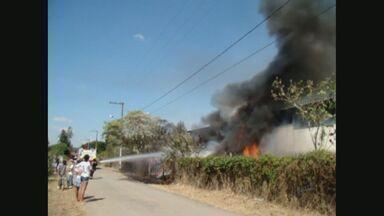 Incêndio destrói materiais recicláveis em depósito em Pouso Alegre, MG - Incêndio destrói materiais recicláveis em depósito em Pouso Alegre, MG