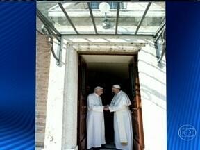 Papa emérito Bento XVI deixa residência de verão e se muda para o Vaticano - O Papa emérito Bento XVI deixou de helicóptero a residência e foi recebido pelo Papa Francisco. Bento XVI passará o resto da vida isolado, junto com o irmão, em um mosteiro que foi reformado.