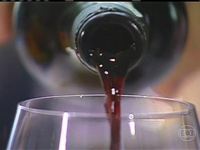 Governo da França vai leiloar parte da adega de vinhos - O governo francês espera arrecadar € 250 mil no fim deste mês no leilão de 1,2 mil garrafas de vinho de sua adega presidencial. A decisão anunciada pelo presidente François Hollande soou como um corte de despesas, mas também é política.