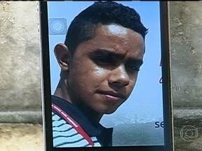 Enterrado corpo de universitário executado por engano em São João de Meriti - Na quinta-feira (2), foi enterrado o corpo do universitário que a polícia acredita que foi executado por engano, por um grupo de milicianos. Lucas Gomes de Lima, de 19 anos, foi morto a tiros, perto de casa, em São João de Meriti.