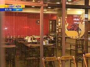 Homem armado invade lanchonete e faz reféns em Porto Alegre, RS - O ataque aconteceu na noite desta quinta-feira (2).