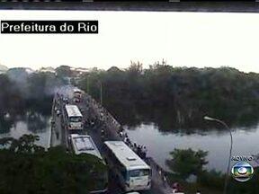 Ônibus pega fogo na Ponte Velha, na Barra da Tijuca - Um ônibus pegou fogo na Ponte Velha, na Barra da Tijuca. O trânsito está parado no acesso ao Itanhangá.