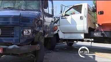 Acidente com dois caminhões trava trânsito na avenida Dom Pedro em Taubaté - Batida frontal aconteceu na tarde desta quinta-feira (2). Testemunhas disseram que o caminhão não conseguiu frear na curva e atingiu outro veículo, que vinha no sentido contrário. Pneus estariam carecas.