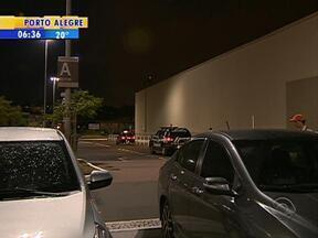 Jovem foi assassinado na noite desta quinta-feira (2) no Barra Shopping Sul - O rapaz foi atingido por tiros no estacionamento do shopping,