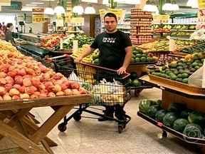 Rodrigo aprende a fazer compras no mercado de acordo com a dieta - Rodrigo aceitou fazer a dieta mediterrânea, adaptada ao cardápio brasileiro. Ele saiu às compras no mercado com uma lista feita pela nutricionista.