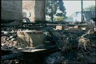 Prédio de escola desativada pega fogo em Venâncio Aires - Três famílias moravam no terreno onde funcionava a antiga escola. Ninguém se feriu.