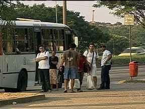 Polícia procura homem que assaltou ônibus e estuprou passageira no Rio - Segundo testemunhas, o criminoso armado entrou no veículo, que seguia de Bangu para o Centro da cidade. Após roubar todos os passageiros, o bandido permaneceu no ônibus e estuprou uma mulher com a arma em punho.