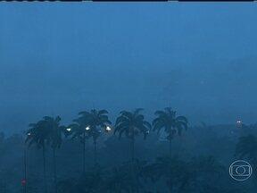 Frente fria deixa tempo chuvoso no Rio - A passagem de uma frente fria deixa o tempo chuvoso nesta segunda-feira (5) no estado do Rio de Janeiro. Na capital, os ventos podem variar de moderado a forte pela manhã, de acordo com o Alerta Rio.