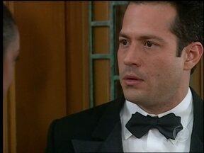 O Profeta - Capítulo de segunda-feira, dia 06/05/2013, na íntegra - Camilo se insinua para Carola. Carola se deixa envolver por Camilo mas, quando eles estão prestes a se beijar, são interrompidos por Arnaldo