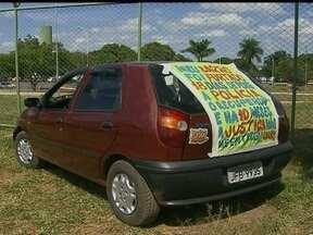 Motorista tenta recuperar carro roubado e protesta pelas ruas do DF - Um motorista tenta recuperar o carro roubado no DF e encontrado em Goiás, há quase um ano. Mas não consegue. Ele inclusive já comprou outro carro, que usa agora para protestar pelas ruas.