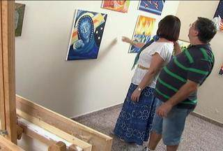 Arte e reconhecimento - Idelza, uma pintora de Bariri, expôs seus quadros até no museu do Louvre, em Paris