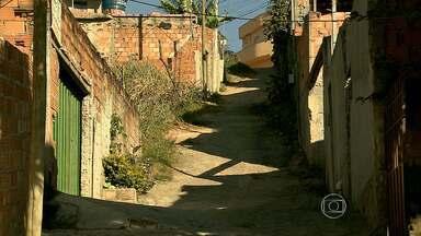 Moradores do bairro Durval de Barros, em Ibirité, reclamam das condições das ruas - As ruas estão sujas e cheias de mato.