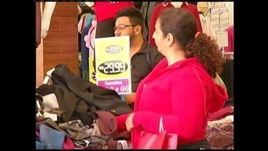 Consumidores do Sul do RJ deixam compra do presente das mães para última hora - Comerciantes estão na expectativa para o movimento intenso da véspera do Dia das Mães.