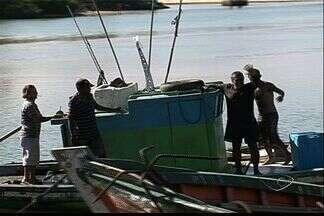 Parentes e amigos se encontram para celebrar volta de pescadores no ES - Depois de quase uma semana, eles foram encontrados nesta sexta-feira (10).