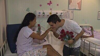 Jornalistas da TV Amazonas entregam flores em hospital de Manaus - Ação faz parte das celebrações pelo Dia das Mães.