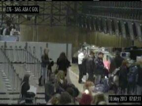 Colombiano é preso dois minutos depois de furtar bolsa no aeroporto de Cumbica - A segurança do aeroporto já estava de olho nele pelas câmeras de monitoramento. As imagens mostram o colombiano Luis Alejandro Aguilon Saez caminhando pelo saguão e quase sempre ao falando ao telefone, ninguém percebe quando ele pega uma bolsa.