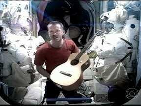 Nave russa volta à Terra após 146 dias - A nave russa, Soyuz, voltou nesta terça-feira (14), ao Planeta Terra trazendo três tripulantes da Estação Espacial Internacional. Eles ficaram 146 dias na Plataforma.