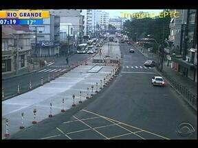 Trânsito flui na avenida Osvaldo Aranha, em Porto Alegre, nesta terça-feira - Via passa por obras no corredor de ônibus.