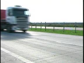 Não há previsão para colocação de passarelas de pedestres no trecho duplicado da BR-392 - Em menos de um mês, o trecho registrou cinco mortes por atropelamento.
