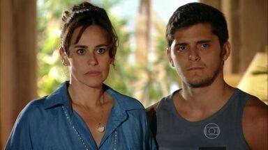 Flor do Caribe - capítulo de quarta-feira, dia 15/05/2013, na íntegra - Natália se espanta ao chegar em casa com Juliano e ver Reinaldo